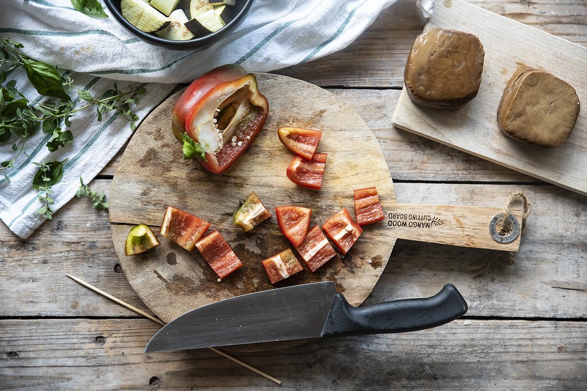 spiedini con seitan e verdure, taglia i peperoni