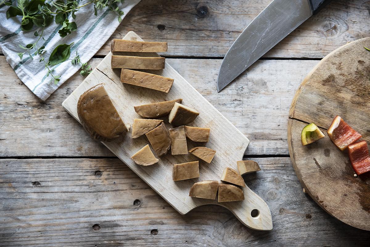 spiedini con seitan e verdure, taglia il seitan