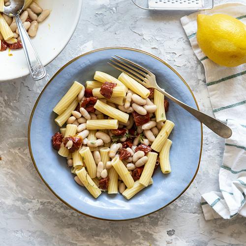 Pasta fredda con pomodori secchi, cannellini e limone