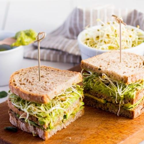 panino zucchine guacamole e germogli di fieno greco