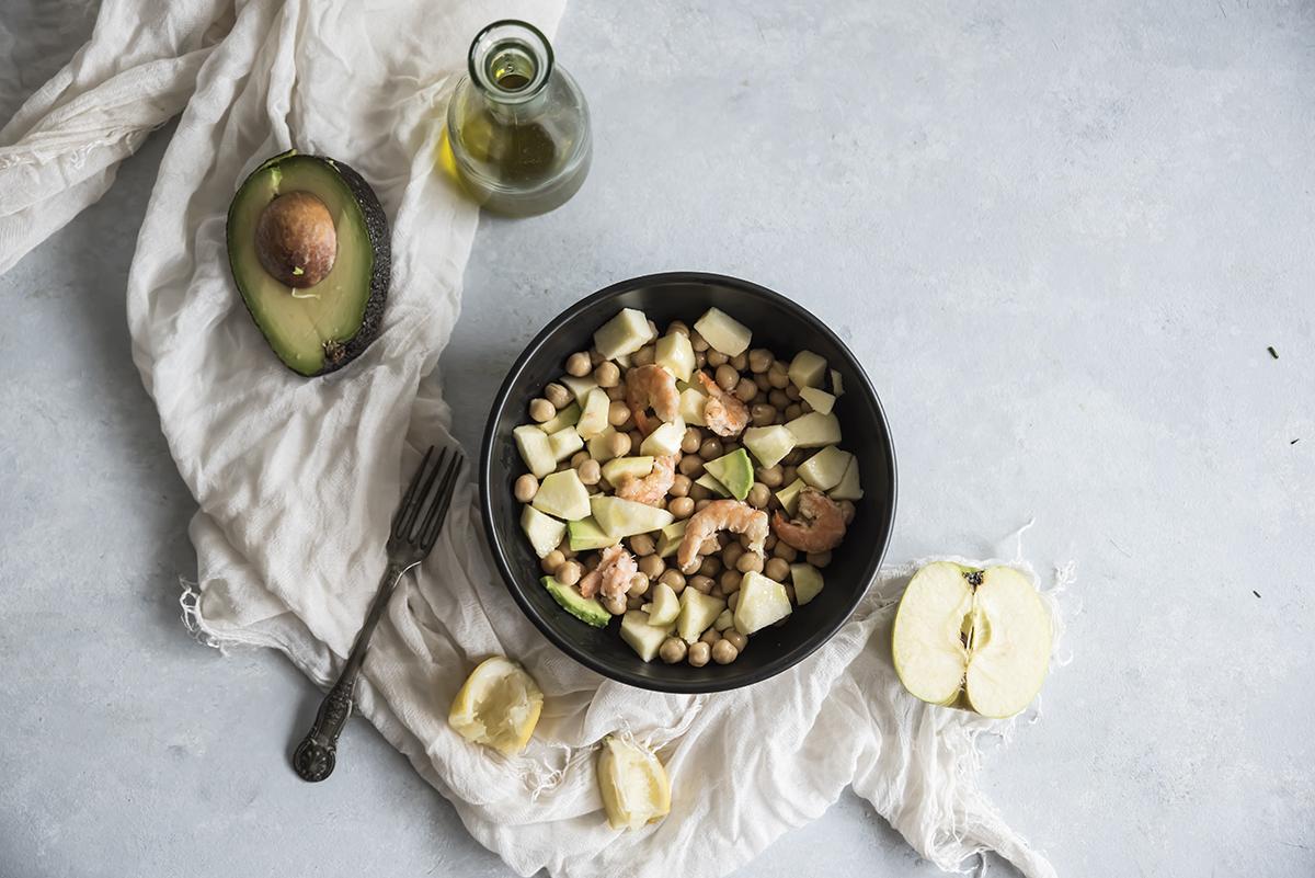 Ricette con le mele: insalata di ceci, avocado, gamberi e mela verde