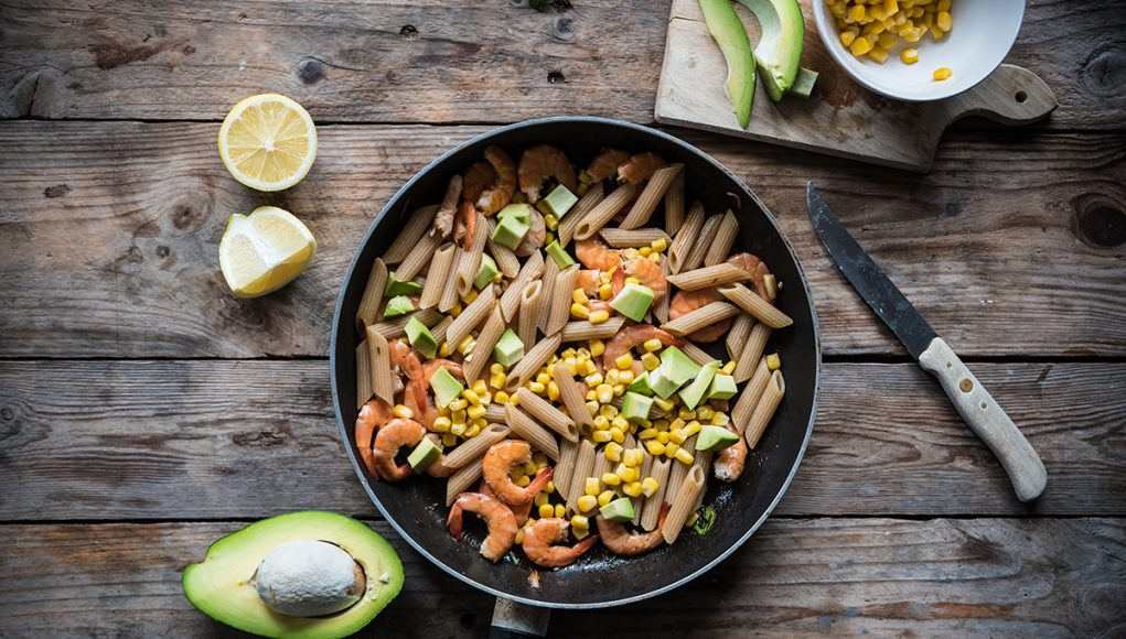 ricette con avocado: pasta con gamberetti mais e avocado