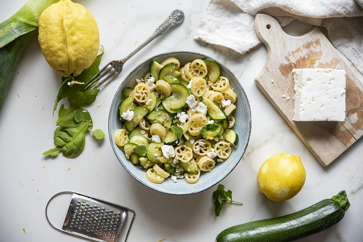 Pasta con limone, zucchine e feta