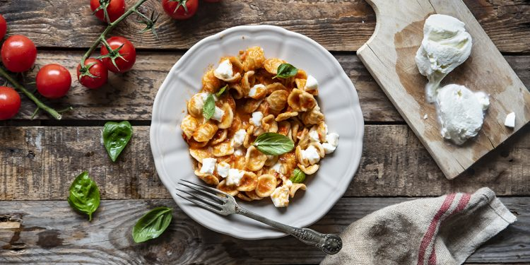 pasta fredda con peperoni mozzarella e pomodori