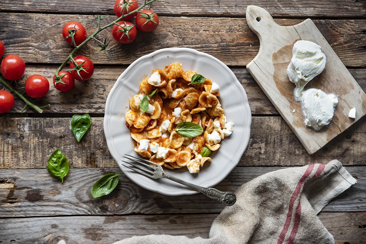 piatti unici: pasta fredda con crema di peperoni, pomodori, mozzarella e basilico