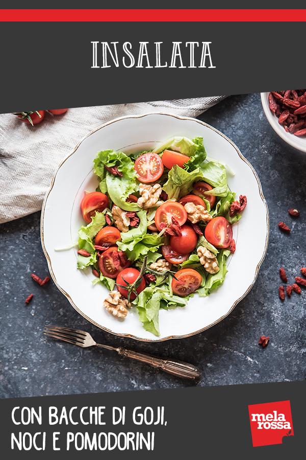 Insalata con bacche di goji, noci e pomodorini