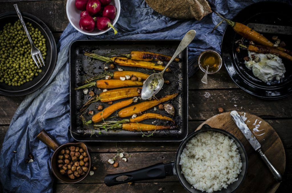 ricette con nocciole, carote arrostite con miele, timo e verdure tostate