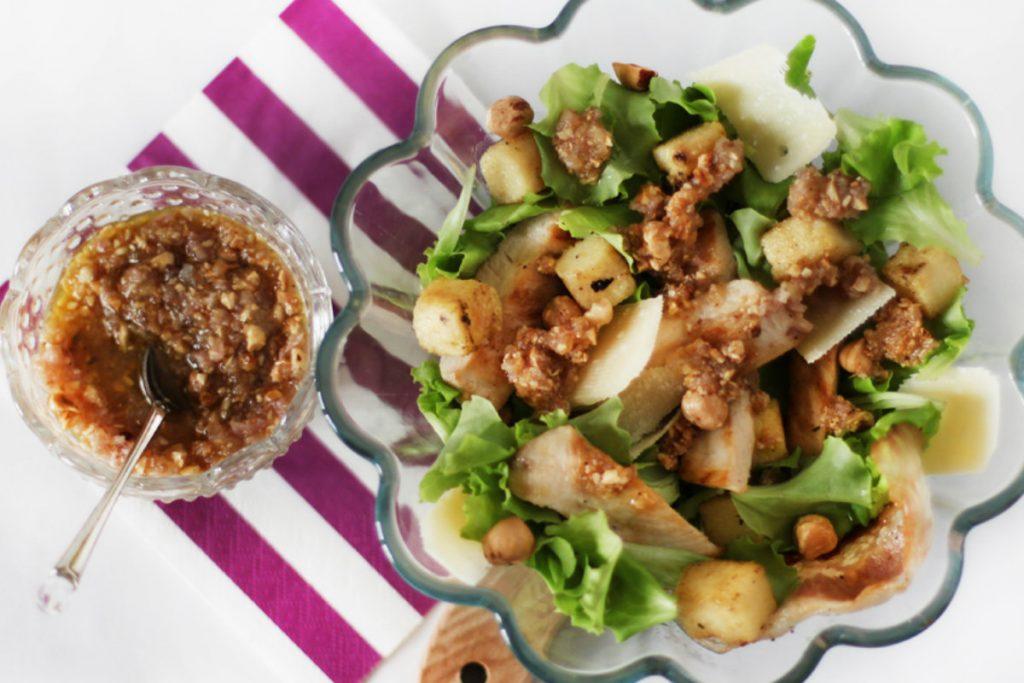 ricette con nocciole, insalata di pollo con salsa di nocciole e polenta