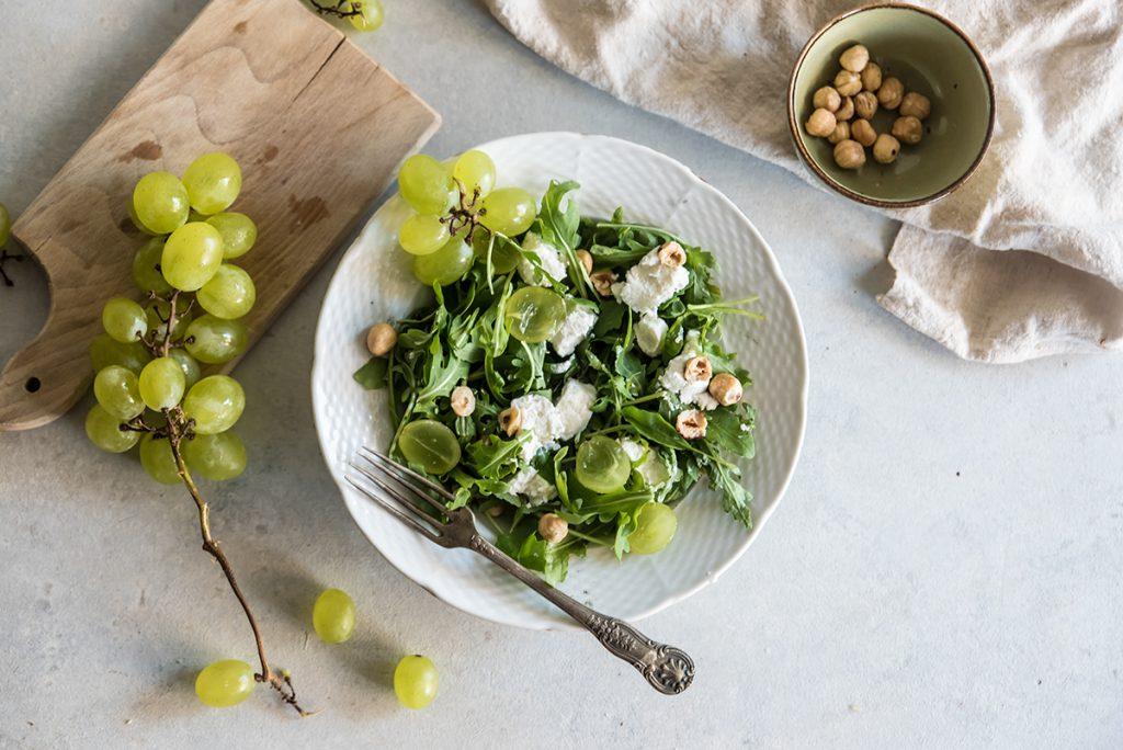 ricette con nocciole, insalata di rucola, nocciole, uva e caprino