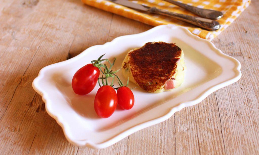 ricette con salumi, focaccine di patate con prosciutto