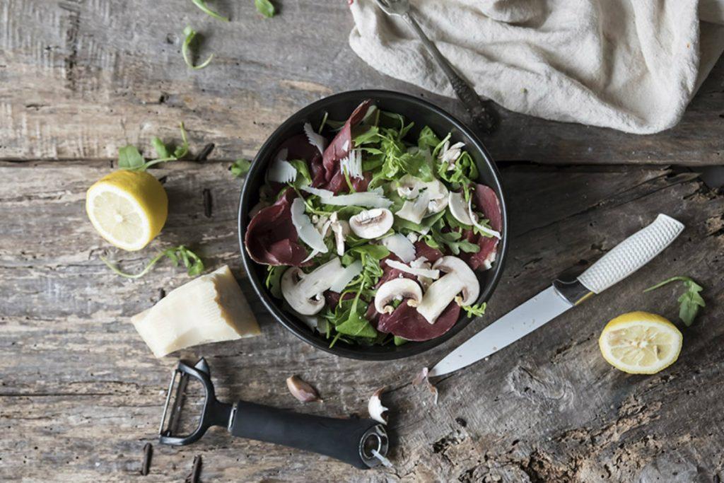ricette con salumi, insalata di bresaola, funghi e rucola