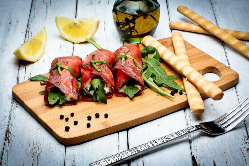 ricette con salumi, involtini di bresaola