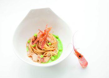 ricette con salumi, spaghetti con crostacei, prosciutto, piselli e zenzero