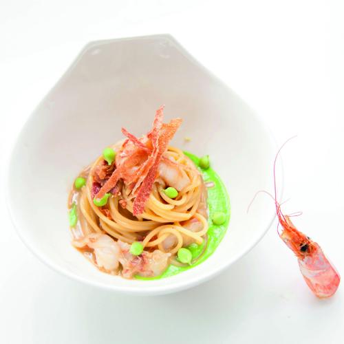Ricette con salumi: spaghetti con crostacei, prosciutto, piselli e zenzero