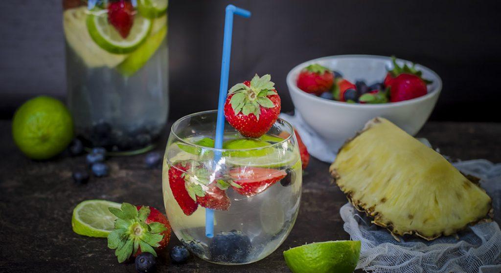 acqua aromatizzata con ananas e fragole