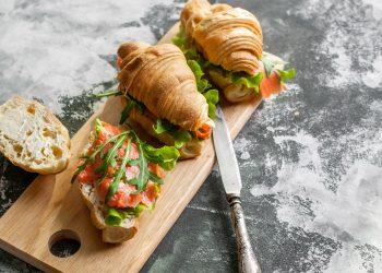 Cornetti salati con salmone ricotta e rucola