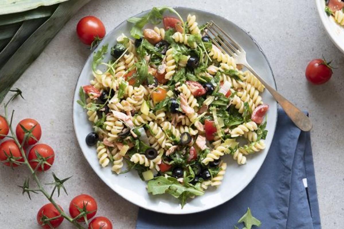 piatti unici: pasta con salmone olive e pomodorini