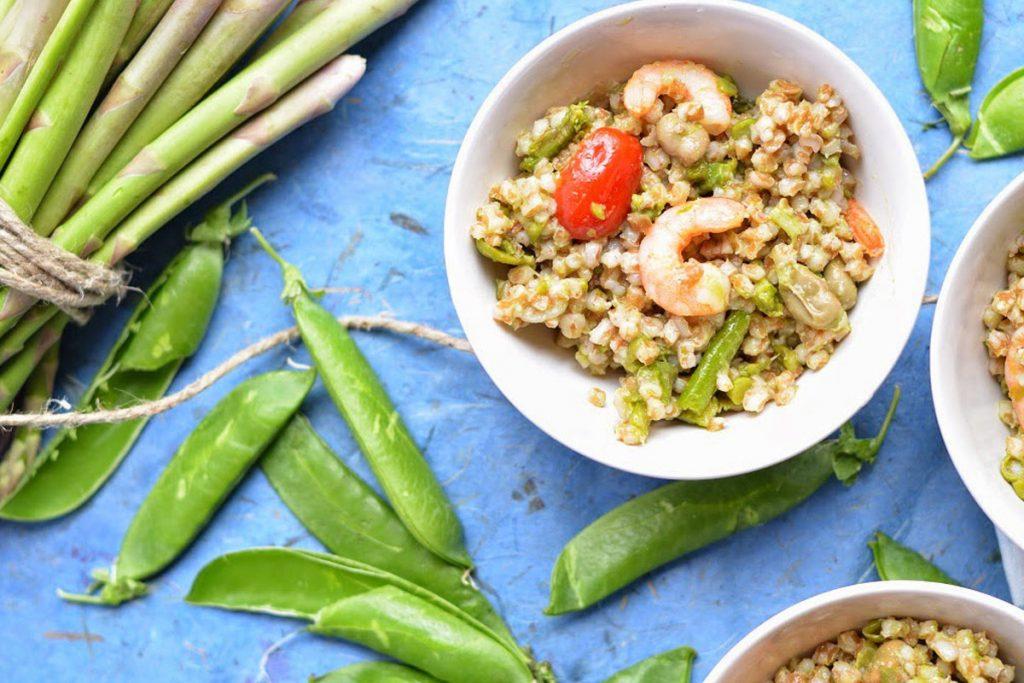 piatto unico insalata primaverile farro fave gamberi piselli asparagi