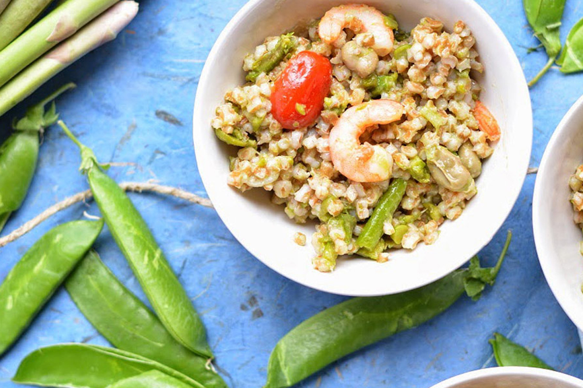 Ricette con asparagi: insalata primaverile di farro, fave e asparagi