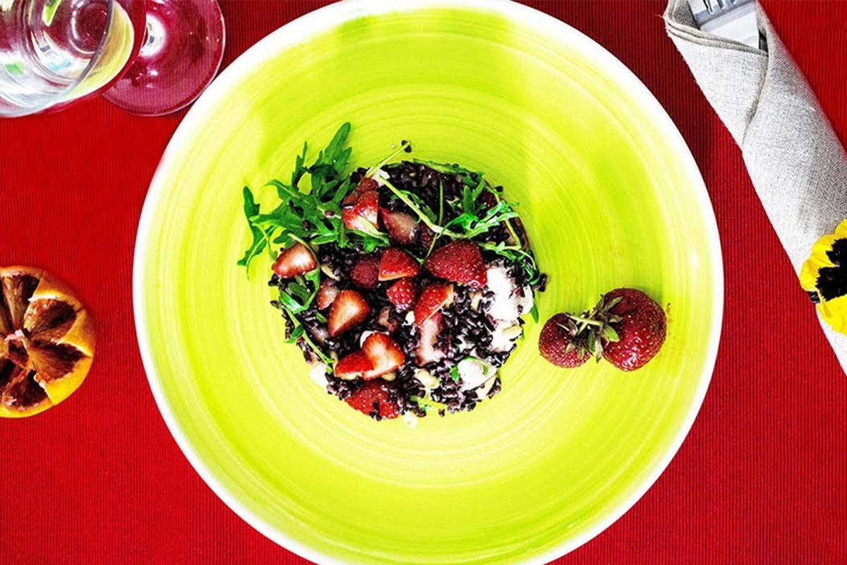 Ricette con le fragole: insalata di riso venere alle fragole e feta