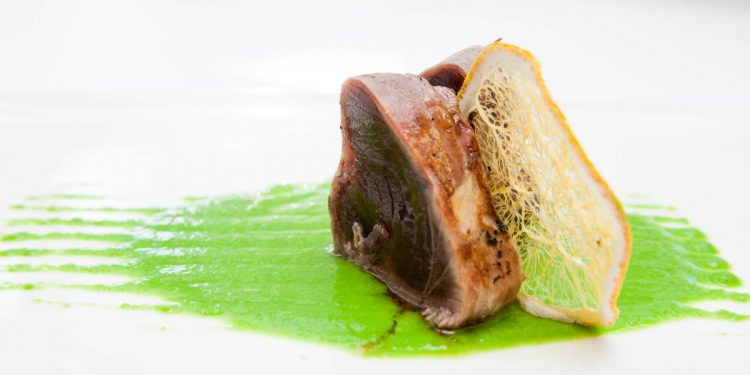 Tonno in manto croccante di prosciutto con piselli al wasabi
