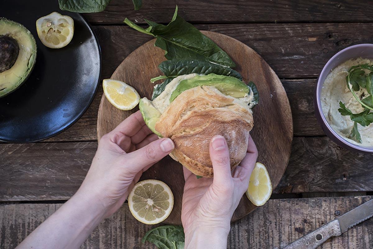 ricette con spinaci: panino con hummus