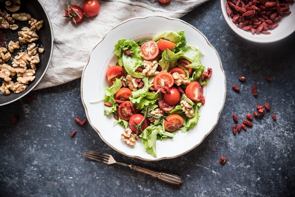 ricette con pomodori, insalata mista con bacche di goji e pomodori