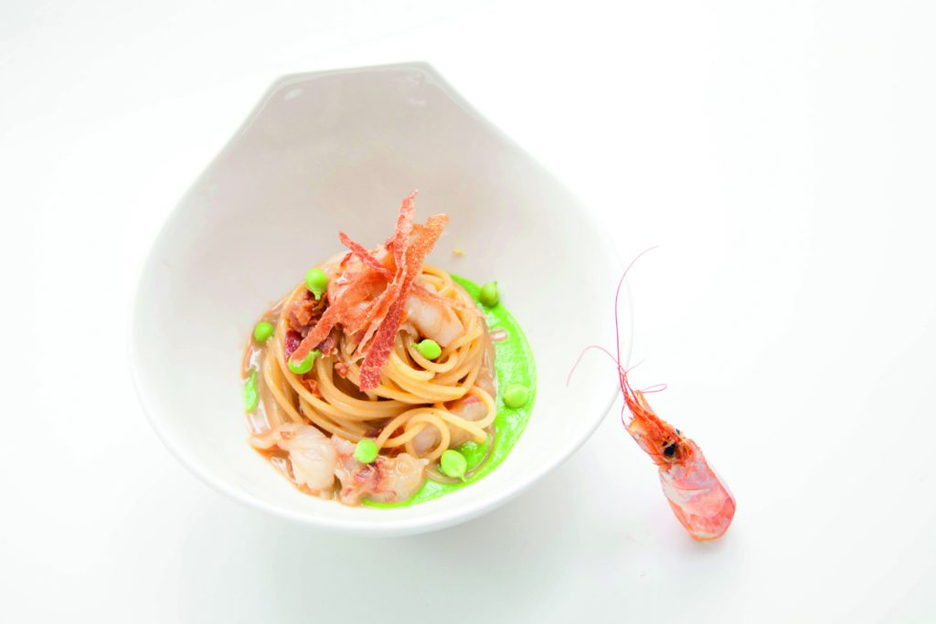 ricette con i salumi, spaghetti con crostacei, prosciutto, piselli e zenzero