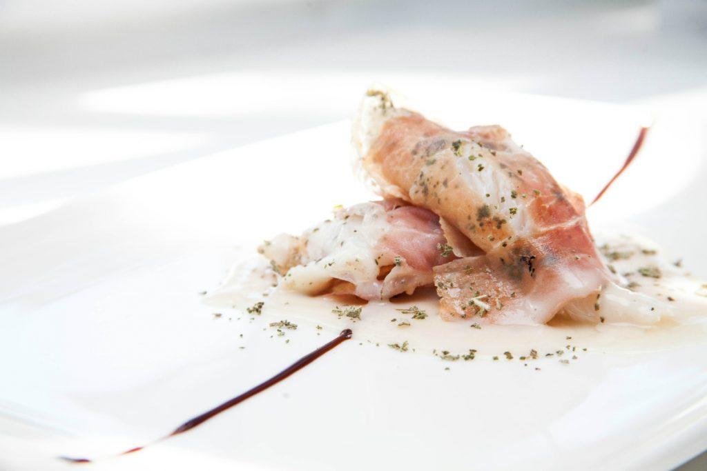 ricette con salumi, saltimbocca di rana pescatrice con salvia e prosciutto