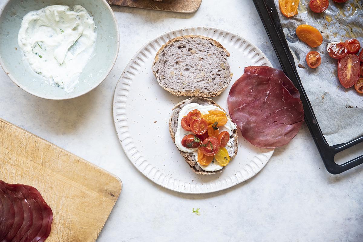 Panino con bresaola ricotta al basilico e pomodori confit bresaola