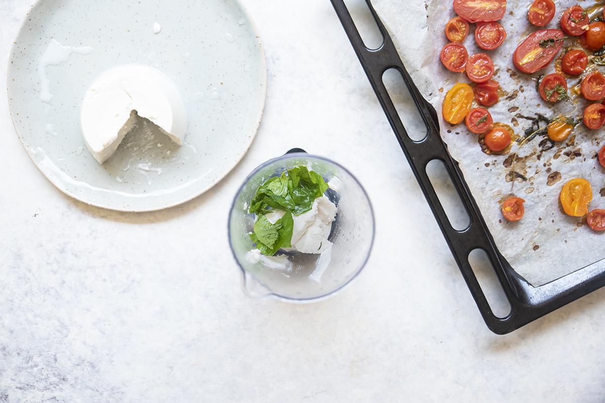 Panino con bresaola ricotta al basilico e pomodori confit ricotta