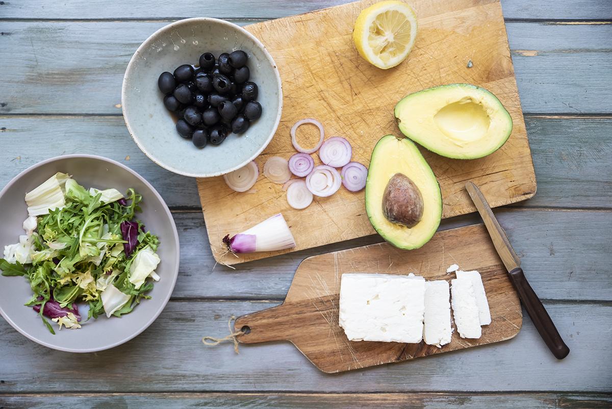 Panino con feta avocado cipollotto insalate e olive nere fette