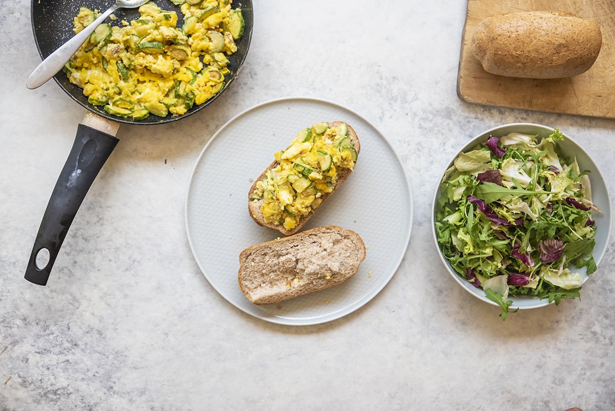 Panino con uova strapazzate alle zucchine e insalate frittata