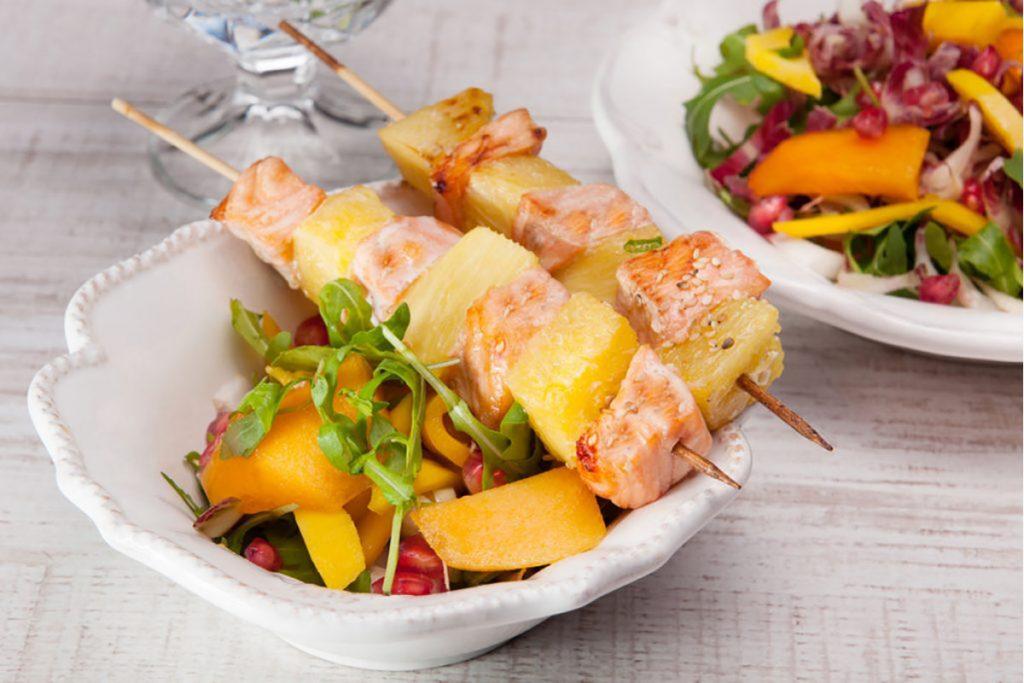 ricette con ananas: spiedini di salmone con ananas