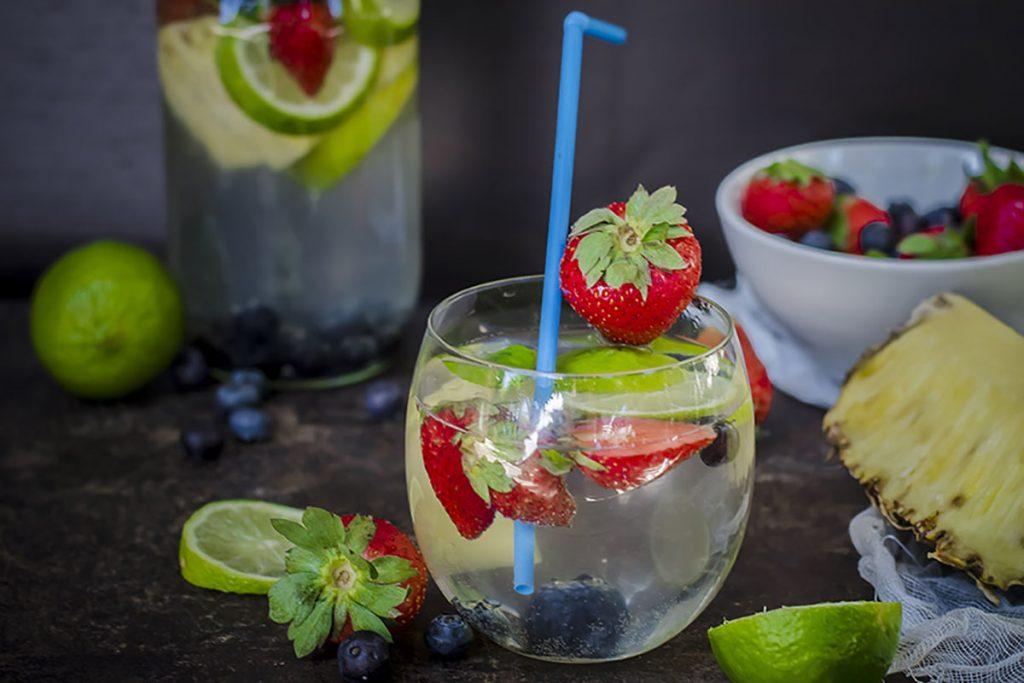 ricette con ananas: Acqua detox all'ananas con fragole e mirtilli