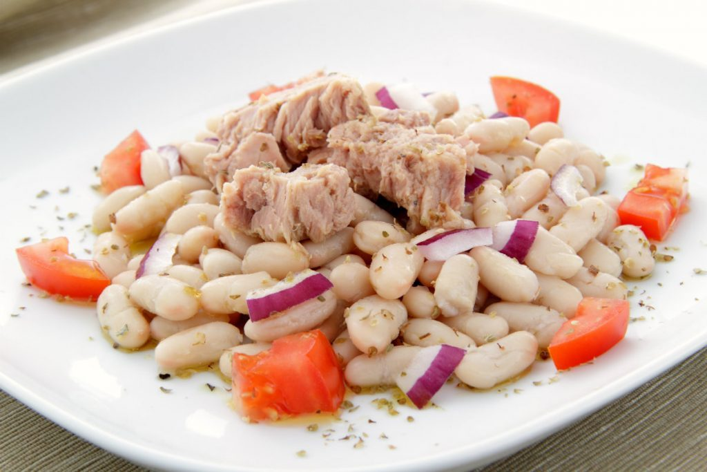 alimenti ricchi di potassio insalata di tonno e fagioli cannellini