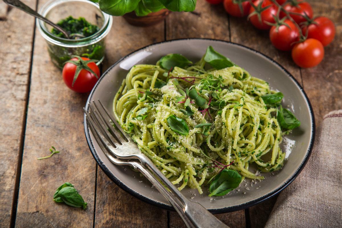 alimenti ricchi di potassio, spaghetti integrali e spinaci