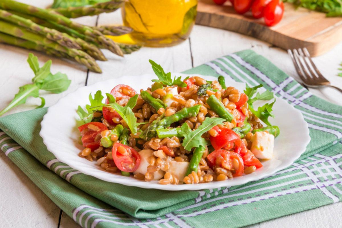 insalate di cereali, insalata di farro e verdure
