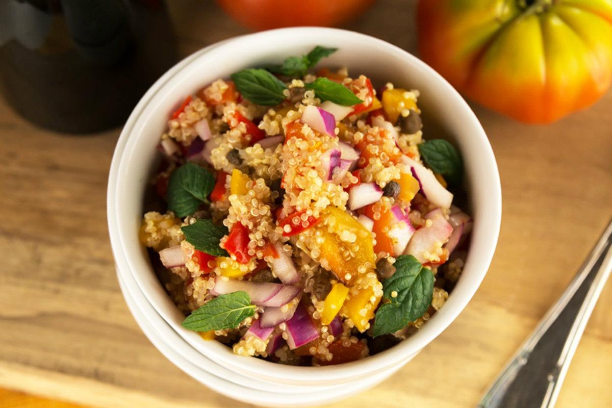 insalate di cereali, insalata di quinoa con pomodorini e peperoni