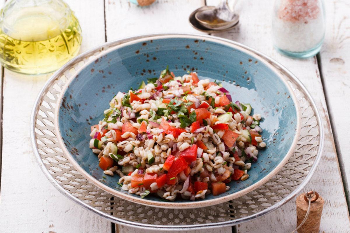 insalata di orzo, pomodorini e olive