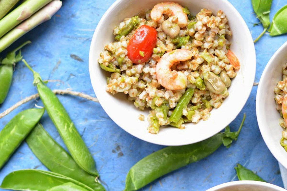 insalate di cereali, insalata primaverile di farro, fave , asparagi e gamberi