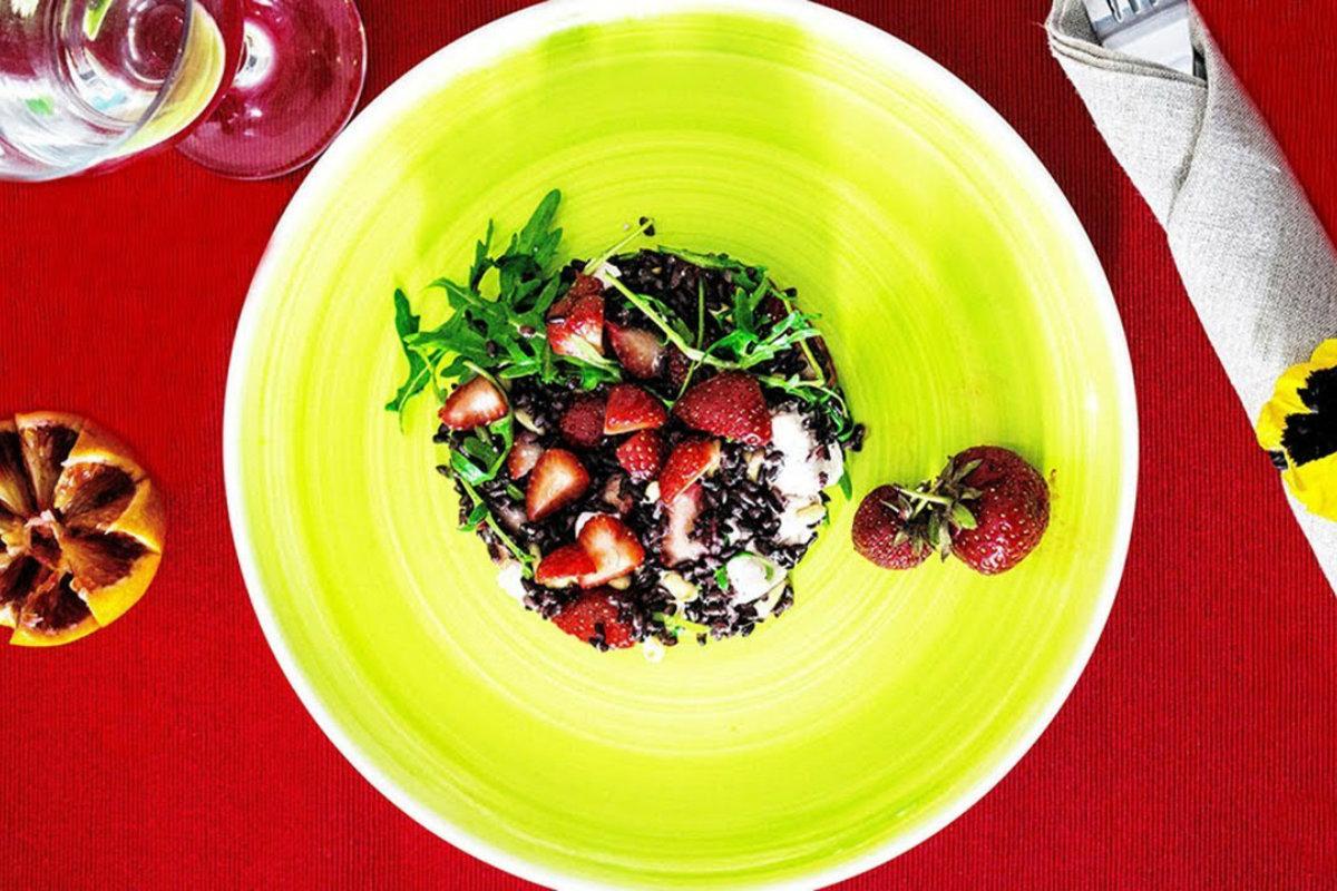 insalate di cereali, insalata di fragole, feta e riso venere