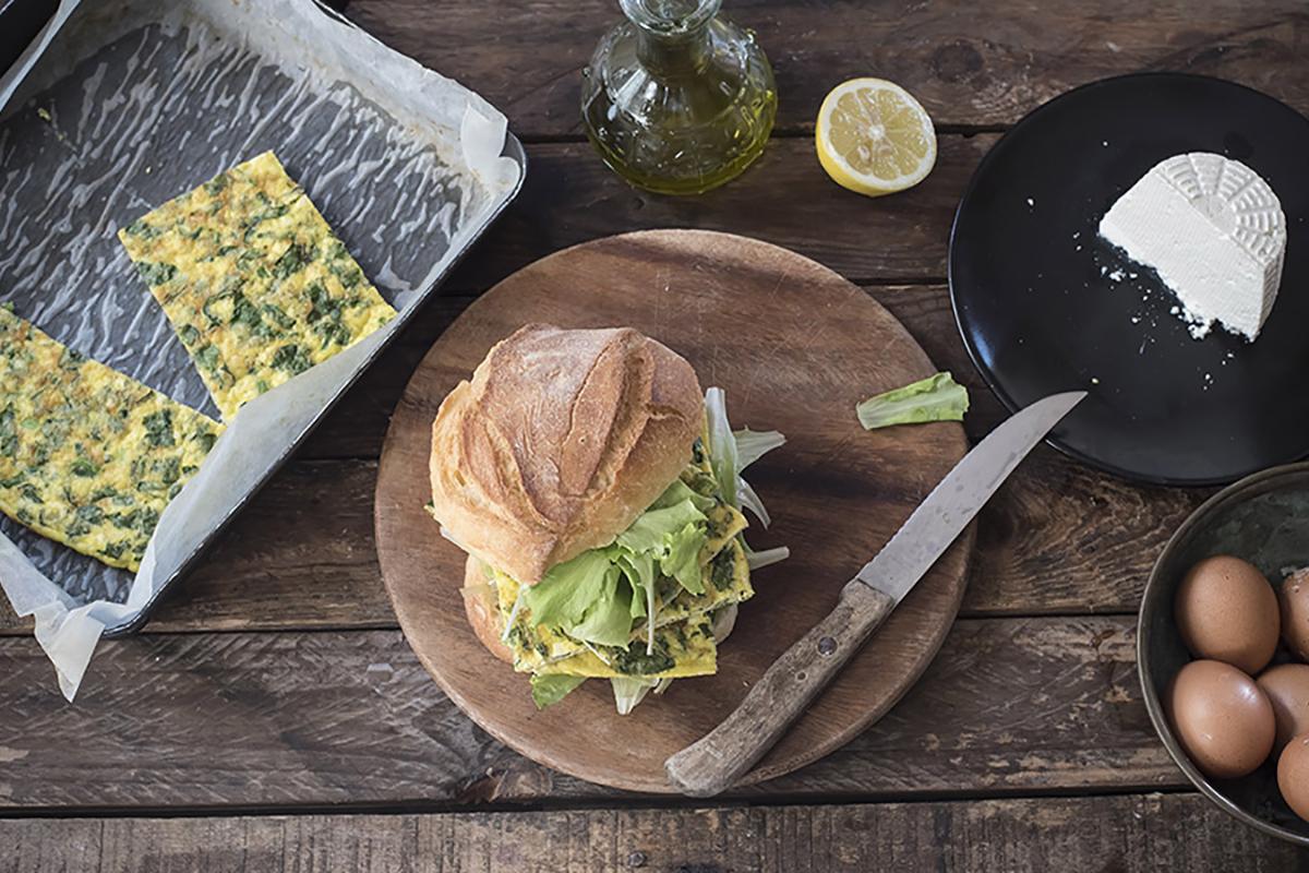 ricette con uova panino con la frittata di verdure e ricotta al forno con lattuga
