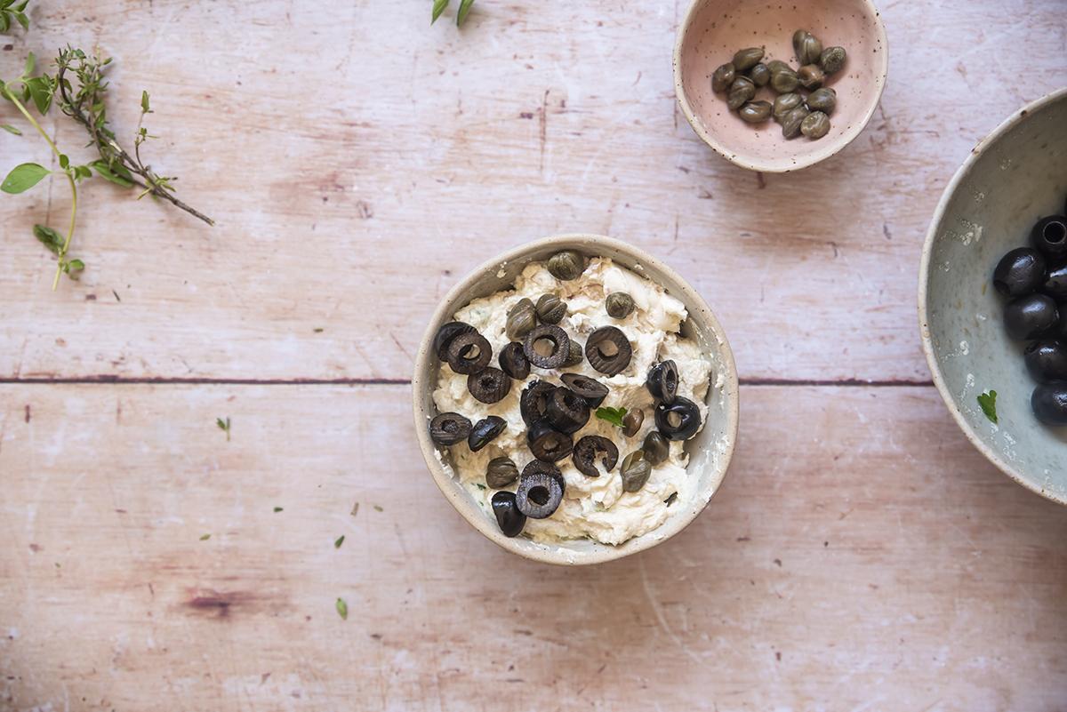 panino con mousse di tonno e robiola capperi olive e insalate mousse