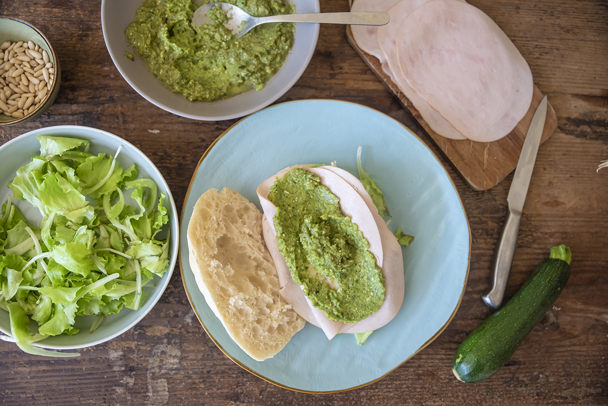 panino con pesto di zucchine fesa di tacchino arrosto e lattughino pane