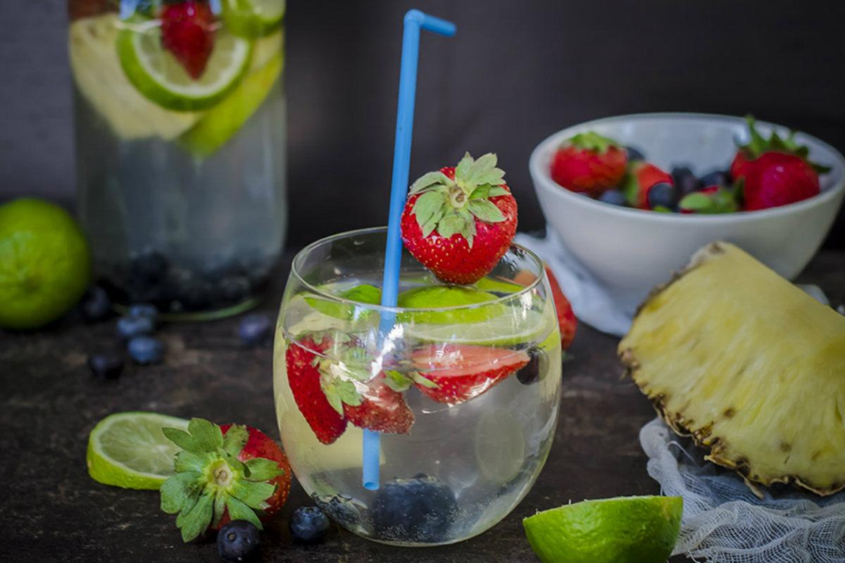 ricette detox, acqua detox ananas, fragole e mirtilli