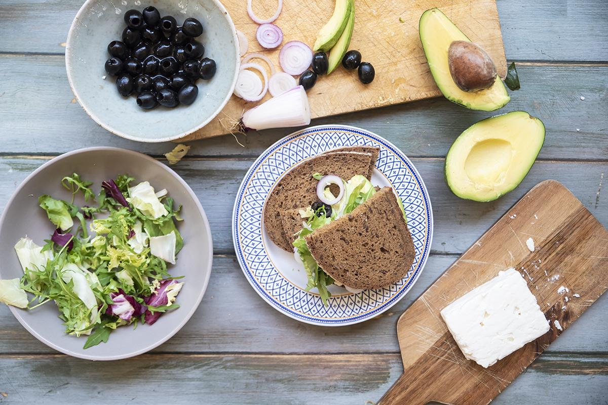Panino con feta, avocado, cipollotto, insalate e olive nere