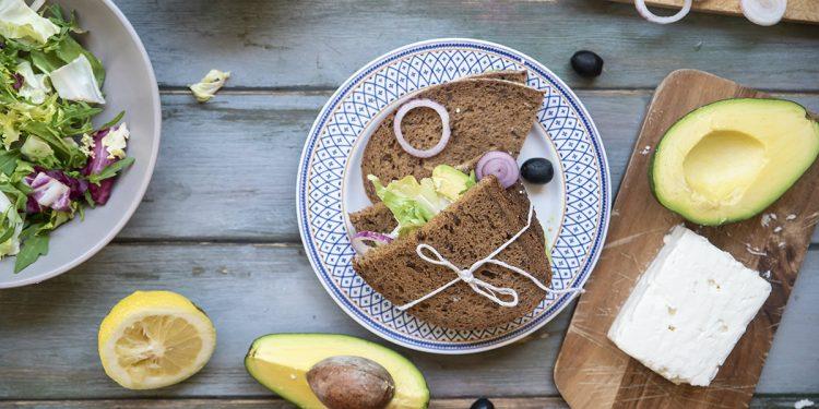 Panino con feta, avocado, cipollotto, pomodoro, olive nere