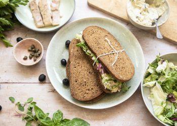 Panino con mousse di tonno e robiola, capperi, olive e insalate