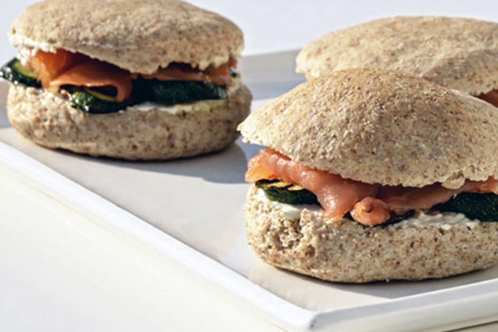 Panino integrale con salmone e zucchine